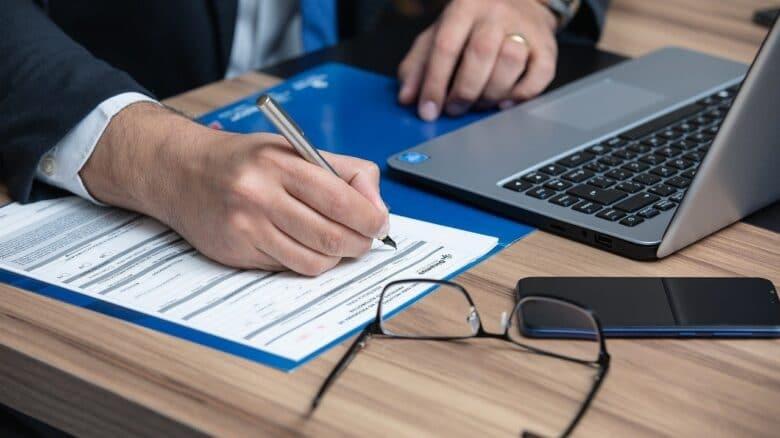 mão-assinando-documento-alzheimer-e-isenção-de-imposto-de-renda