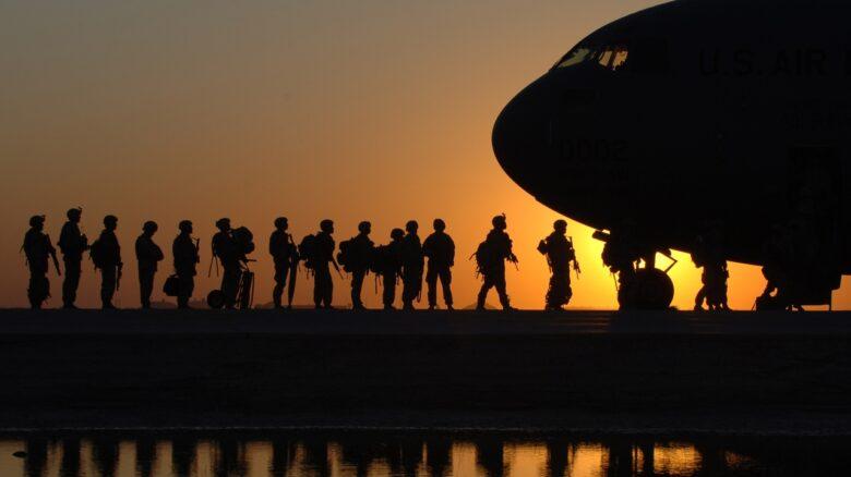 militares entrando em avião advogado militar