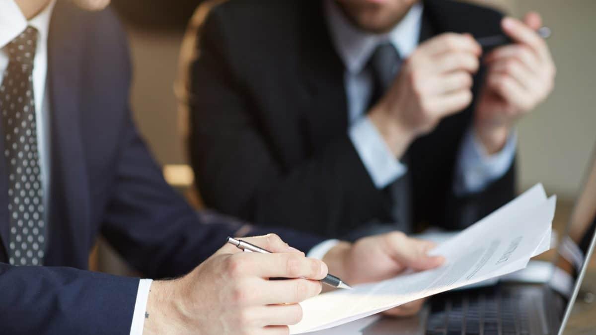 documentos-mãos-compensação-pecuniária