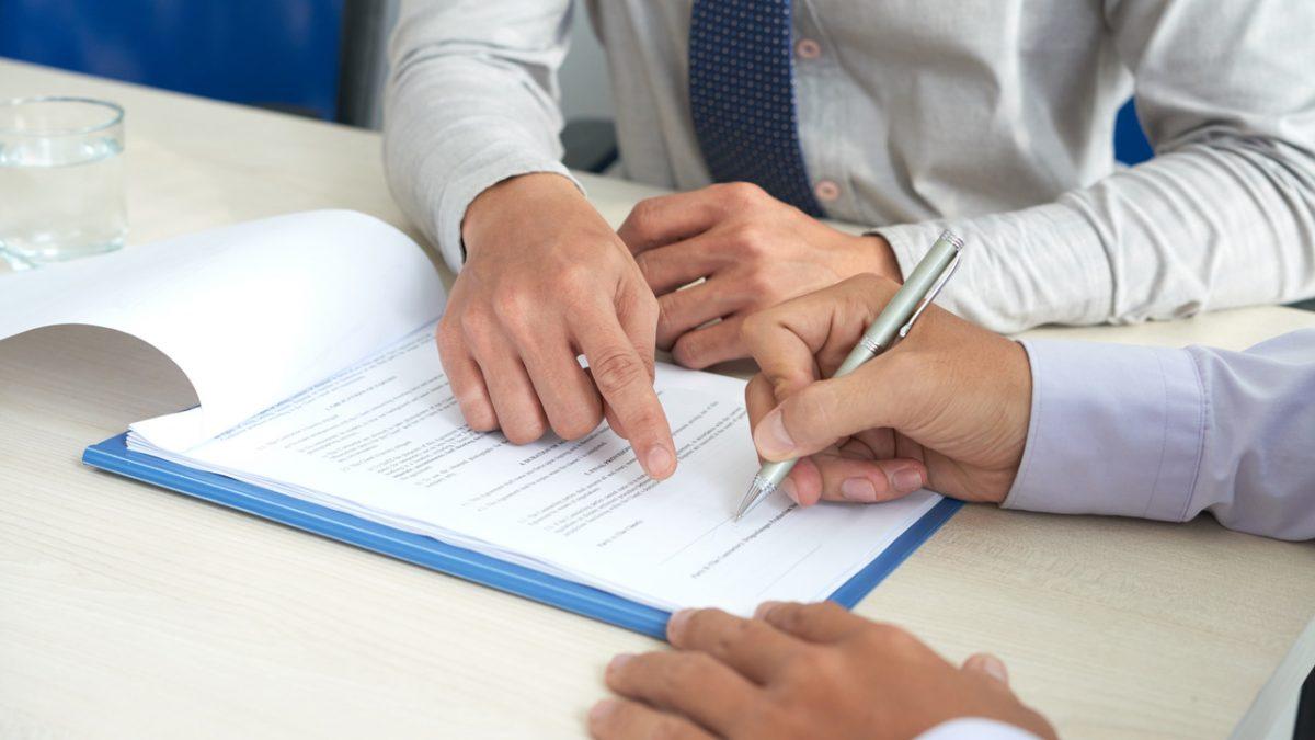 documento-mãos-quanto-tempo-posso-usar-o-plano-de-saúde-após-demissão