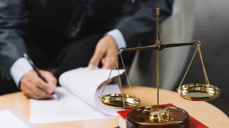 mesa-balança-advocacia-acao-trabalhista