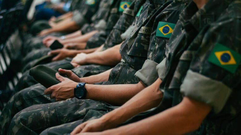 soldados-do-exercito-sentados-acidente-em-serviço