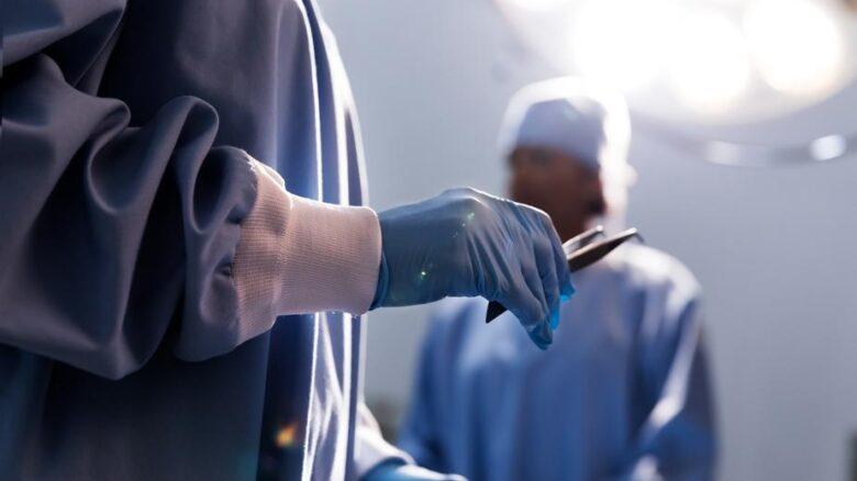 médico-luva-pinça-cirurgia-plastica-reparadora-pelo-plano-de-saude
