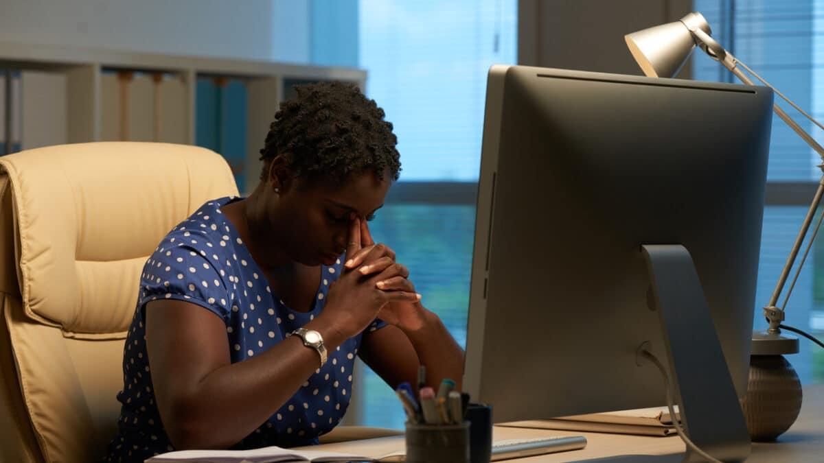 mulher-pensativa-na-frente-do-computador-acao-de-indenizacao-por-doenca-adquirida-no-trabalho
