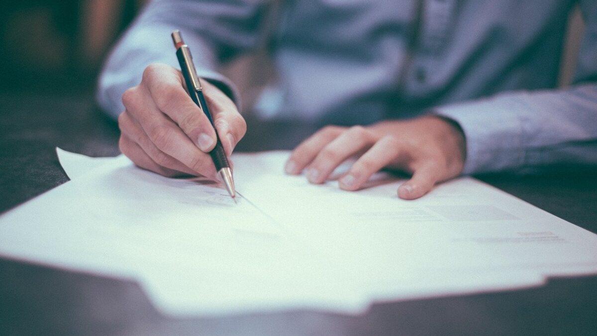 mão-assinando-documento-codigo-de-defesa-do-consumidor-em-plano-de-saude