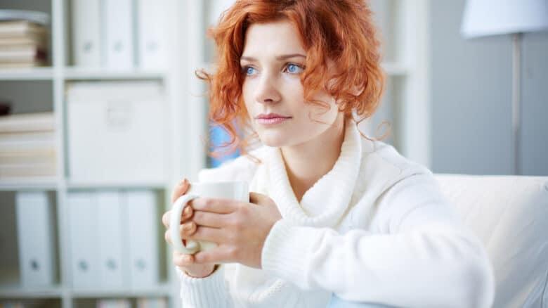 mulher-pensativa-com-xicara-na-mao-tratamento-para-depressao-pelo-plano-de-saude