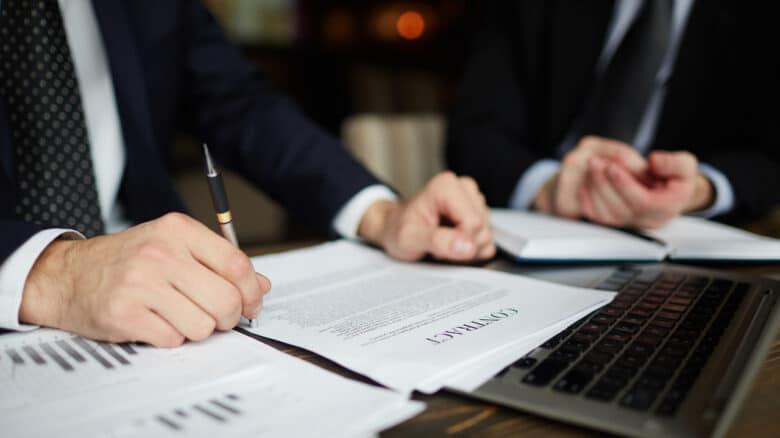 advogados assinando documento para ilustrar a exoneração de alimentos