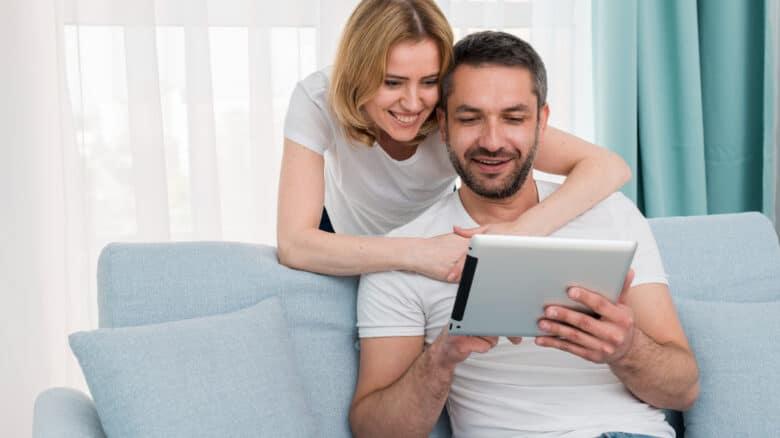 casal analisando a lei ipergs para dependentes