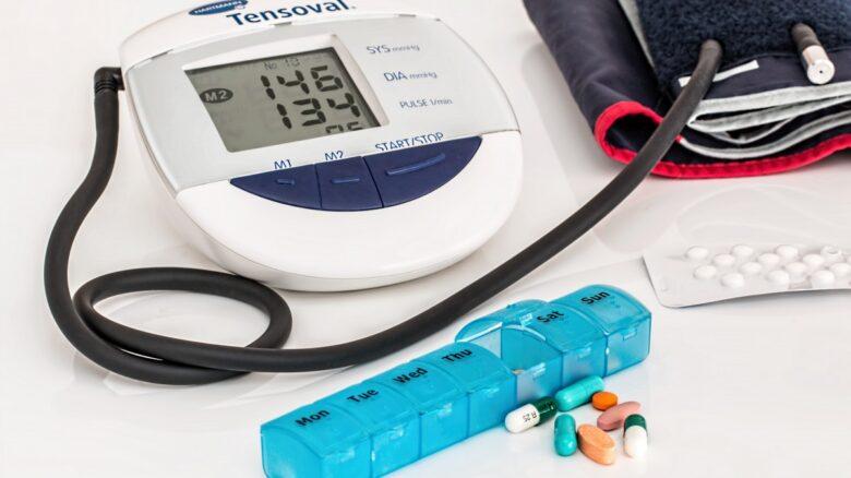 Remédios e monitor de pressão sanguínea para portadores de cardiopatia