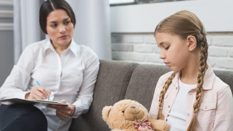 Menina realizando seu tratamento para autismo